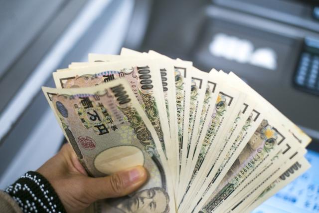 ATMからお金を引き下ろした時のイメージ画像。