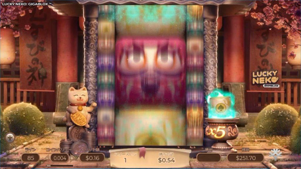 LUCKY NEKOのフリースピン中の様子。図柄が回転中に巨大化した画像。