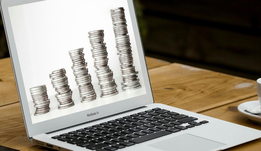 出金をイメージした画像。Macbookairにコインが表示されている。