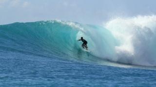 波に乗るイメージ画像。