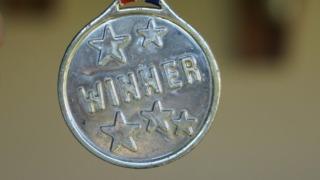 WINNERと刻印されたメダルの画像。