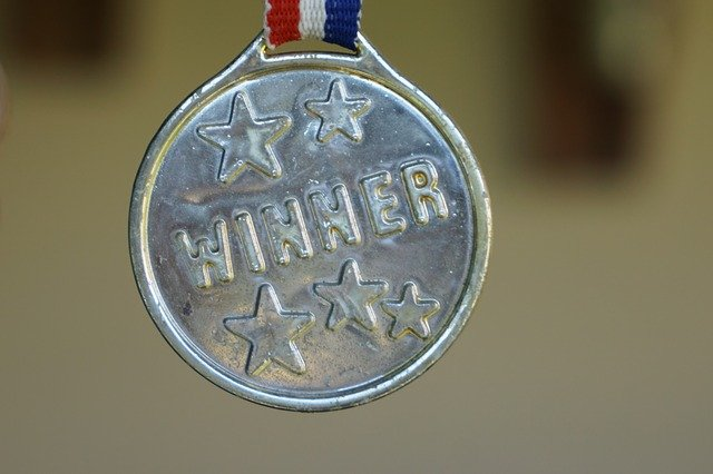 WINNERと刻印されたメダル画像。